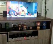 Televisor saliendo de un mueble tipo bar